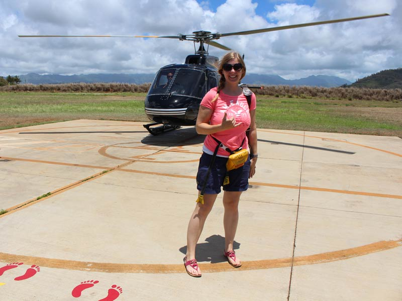 Reisende vor dem Helikopter