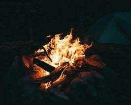 Lauschen Sie den Geschichten am Lagerfeuer.