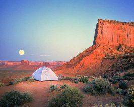 Sie übernachten im Zelt.